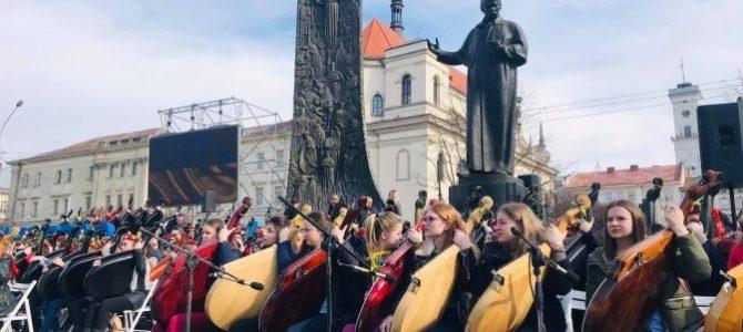 Національний рекорд: у Львові понад 400 бандуристів одночасно виконали твори Шевченка (відео)