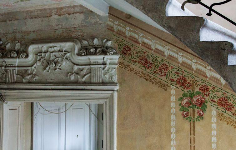 Стіни під'їзду розписані квітами та орнаментами від дверей горища до входу у підвал