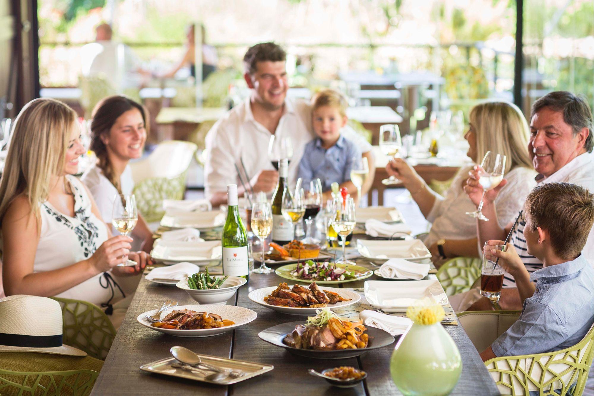family eating at restaurant - HD1906×1271
