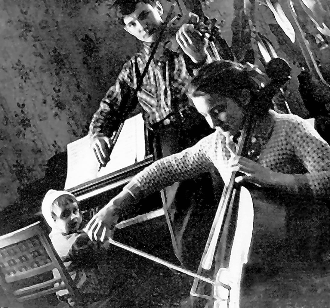 У родині Івасюків усі діти музиканти: Володя – скрипаль, Галина – віолончелістка, а наймолодша Оксана – піаністка
