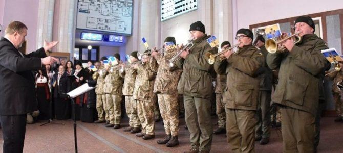У Львові на залізничному вокзалі пройшов музичний флешмоб до Дня українського добровольця (відео)