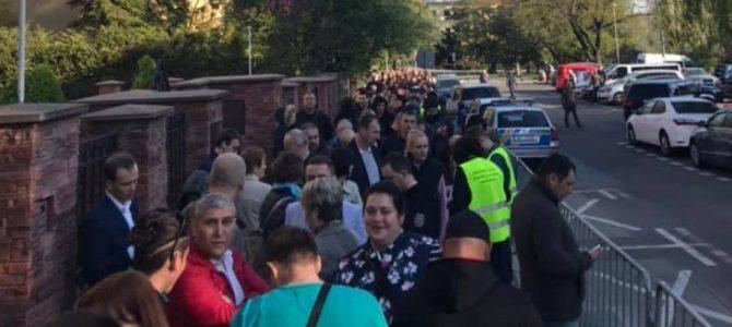 У Празі величезна черга виборців співала гімн України (відео)