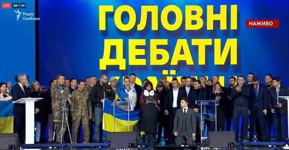 Зеленський став на коліна під час дебатів, Порошенко – за ним