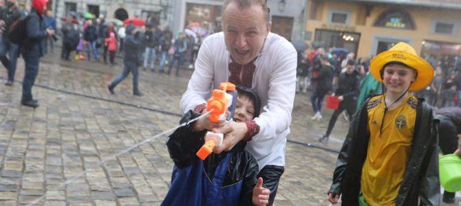 Обливаний понеділок: мокрий, як хлющ, мер Львова поливав містян із водяного пістолета (фото)