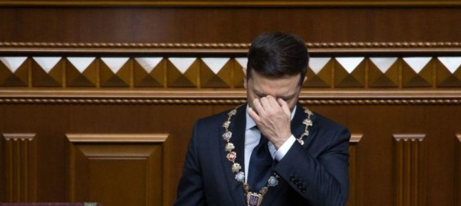 З'явилось відео, як під час інавгурації Зеленського впало посвідчення президента