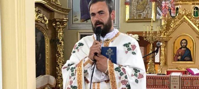 Священник на Львівщині почистив увесь цвинтар від пластикових вінків та квітів