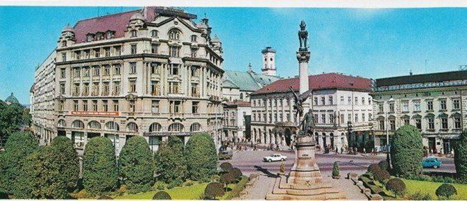 Показали кольорові листівки з видами Львова радянської доби