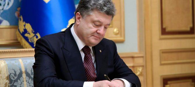 """""""Залишаюся, щоб зробити роботу над помилками"""": Порошенко написав листа українському письменникові (фото)"""