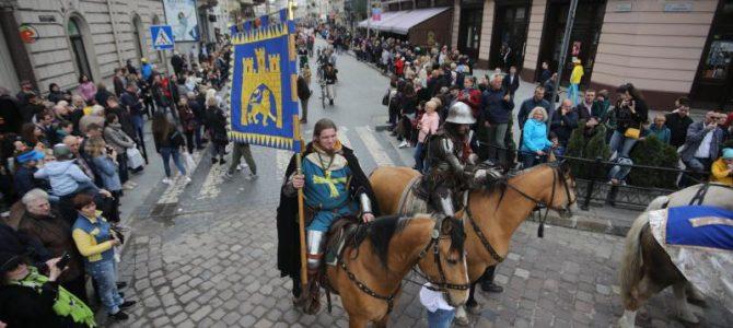 Король Лев, лицарі і ретро авто: Львовом пройшла театралізована хода до Дня міста (фото)