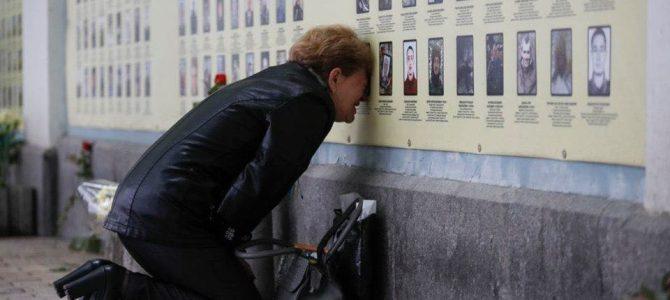 Фото жінки, яка плаче біля Стіни пам'яті в Києві вразило користувачів Інтернету