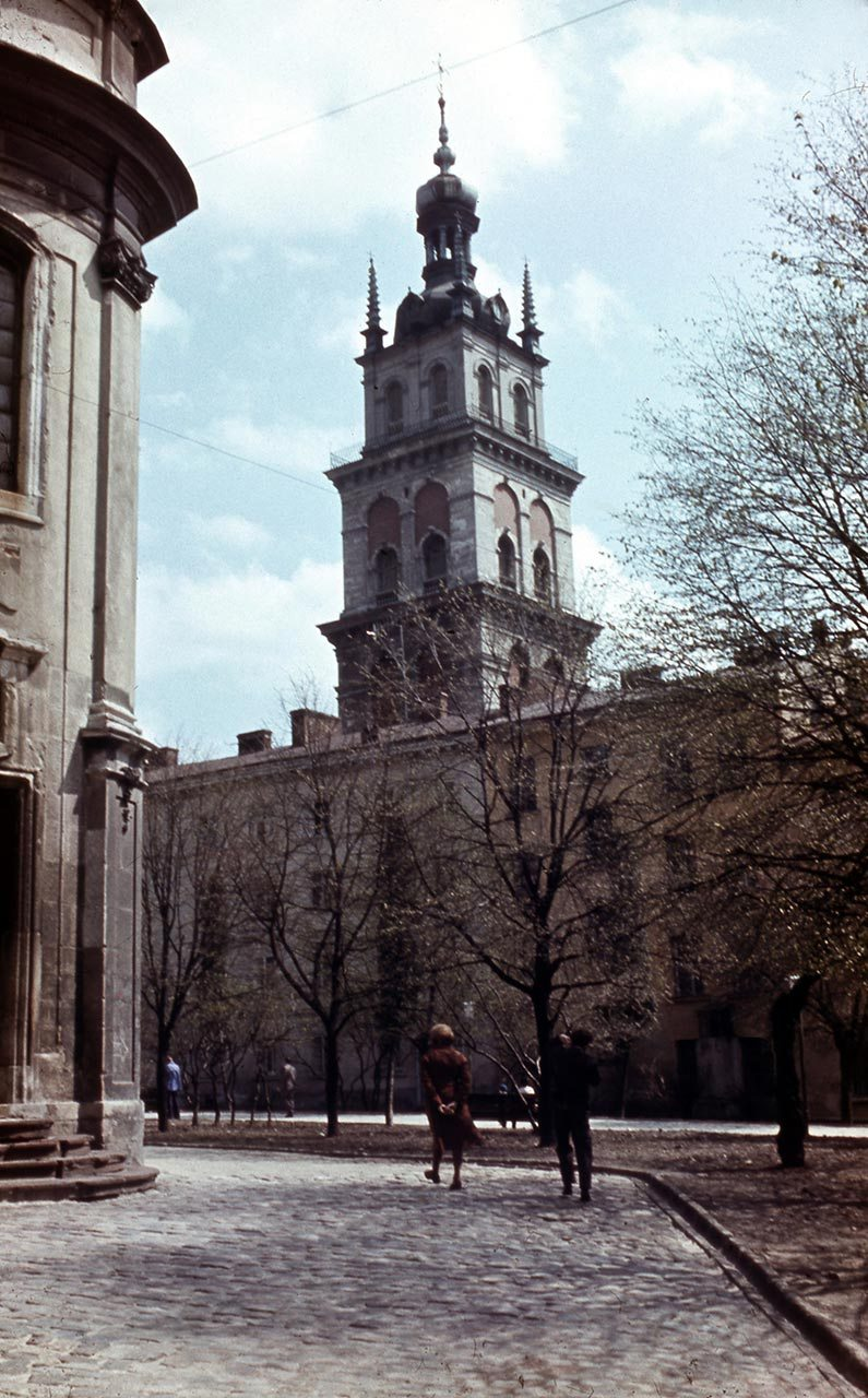 Львів, сучасна площа Музейна, ліворуч Домініканський собор, по центру вежа Корнякта. Фото 1979 року.