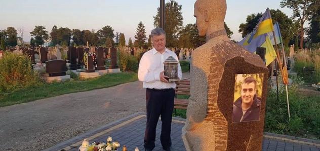 Порошенко в Самборі помолився за полеглих українських воїнів