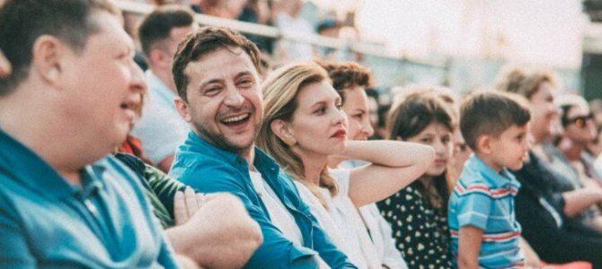 """Уперше показав обличчя сина: Зеленський відвідав """"Лігу сміху"""" зі всією родиною"""