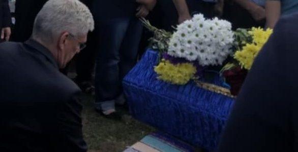 Голова сенату Польщі став на коліно перед могилою українського військового