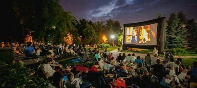 У містечку на Львівщині місцеві власноруч облаштували кінозал просто неба (фото)