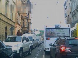 9 хвилин через шалені затори: Як львівські водії пропускають спецтранспорт з сиреною