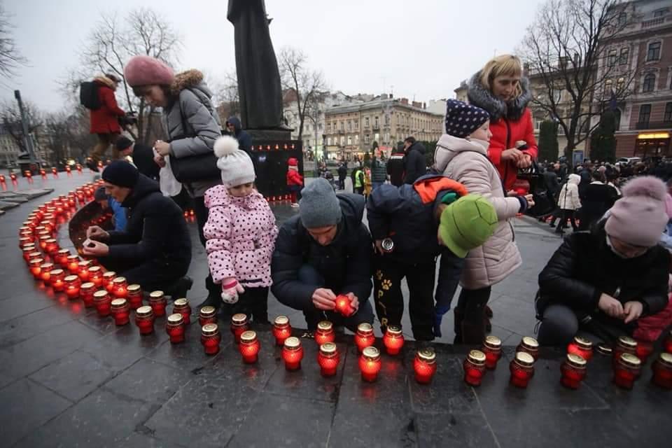 Львів'яни запалили сотні лампадок в пам'ять про жертв Голодомору