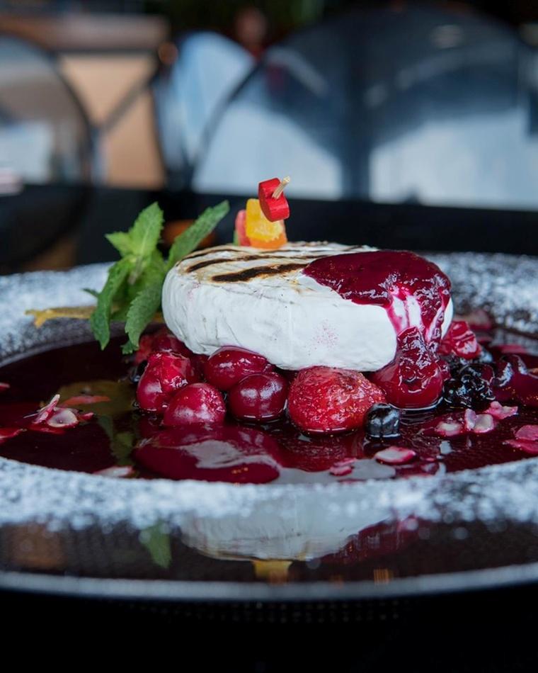 Шеф-кухар у De Luxe cafe пропонує безліч різноманітних страв