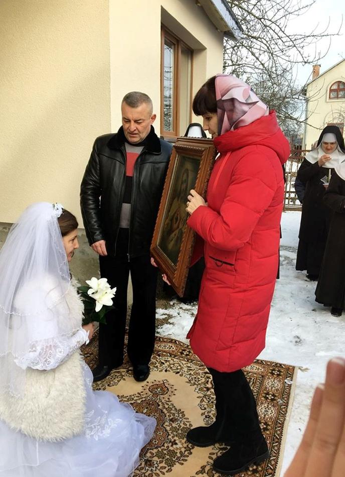 Батьки благословляють доньку. Фото Михайло Балушка.