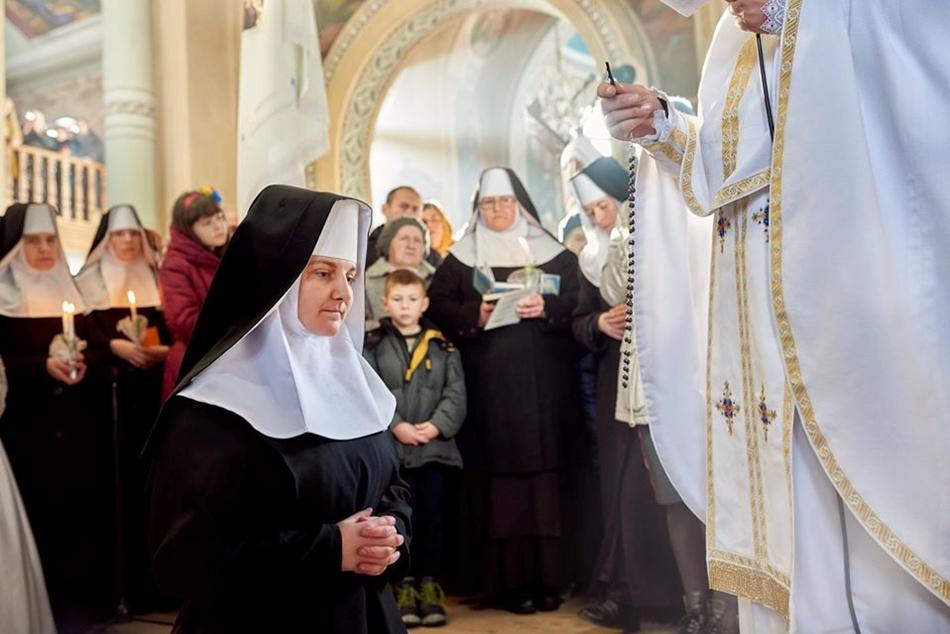 Все...Дівчина стала монашкою. Фото Михайло Балушка.