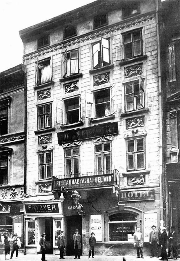 Фото будинку по вулиці Шевській, 10, початок XX ст. Ліворуч від ракурсу фотографа видно частину вивіски кнайпи Тепферів