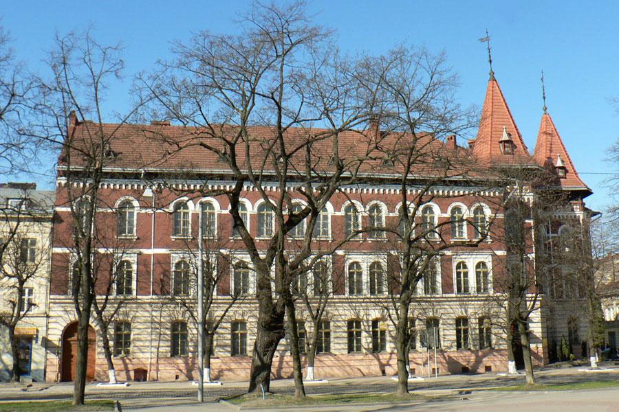Фасад школи з боку вул. Ст. Бандери