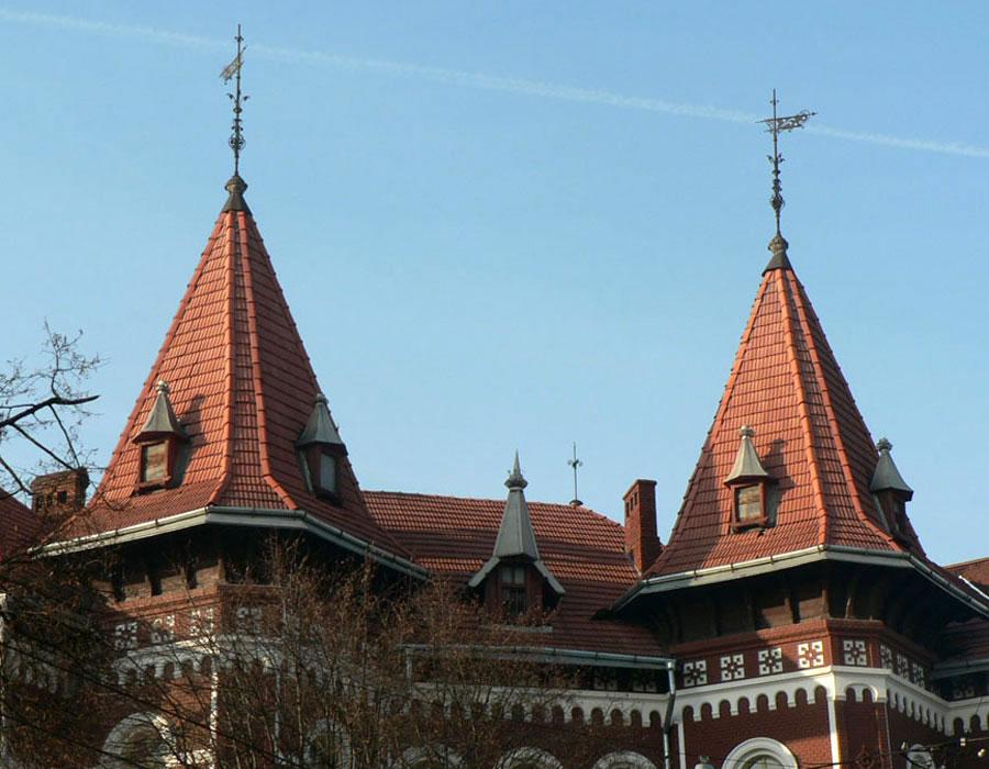 Башточки головного фасаду школи