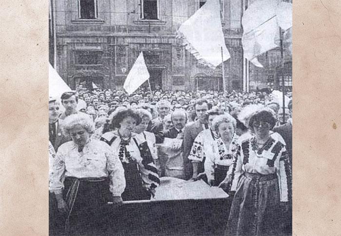 Внесення депутатами у Львівську Ратушу Національного прапора 3 квітня 1990 р., розміром (1,5х0,7)м., який ніколи не майорів над Львовом.