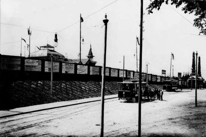 Трамвайна лінія неподалік головної брами виставки, нин. вул. У.Самчука. Фото 1894 року