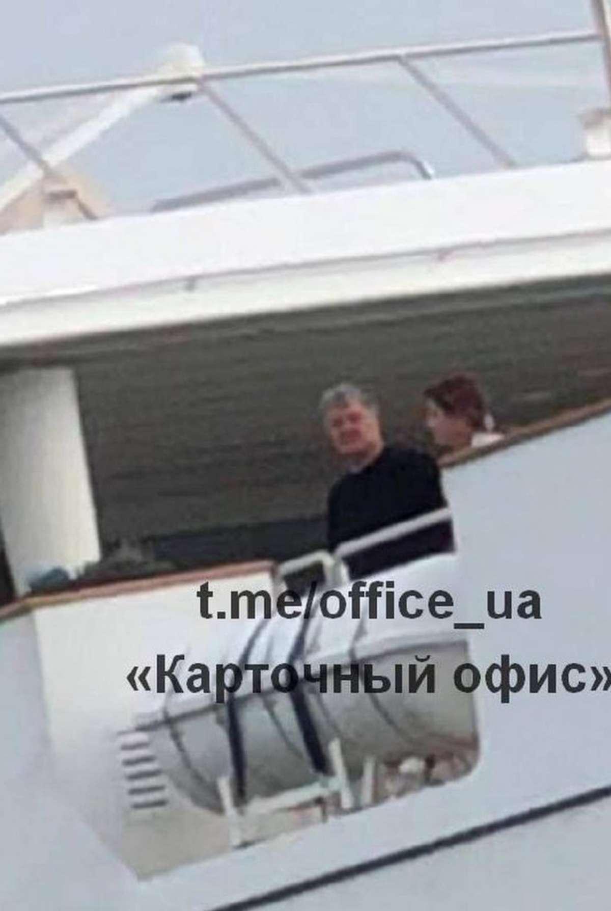 Порошенко отдыхает на шикарной яхте, АТОшники ему принесли ящик абрикосов - фото 1