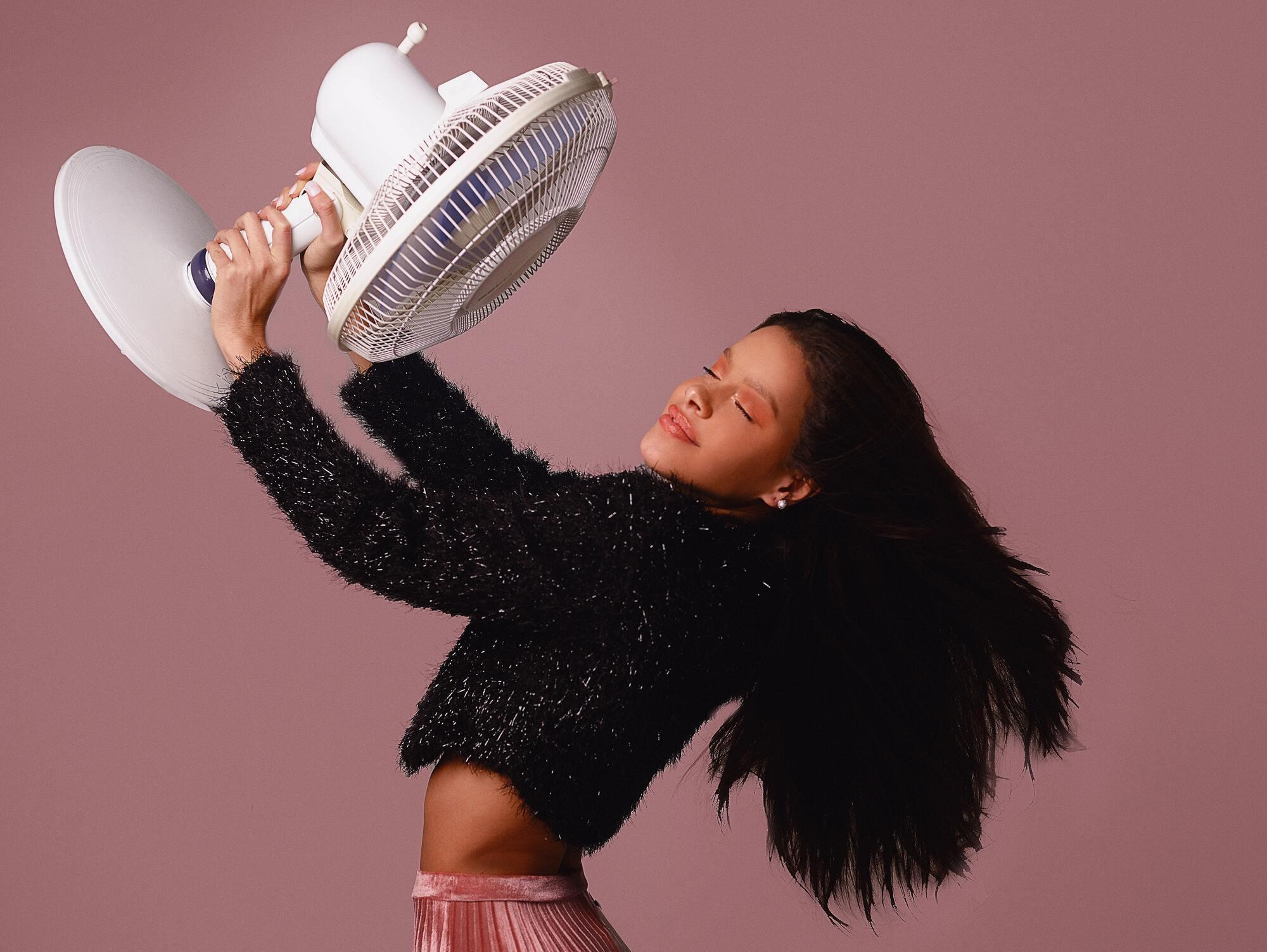 Якщо немає можливості виділити гроші на кондиціонер, варто використовувати лайфхаками з вентилятором