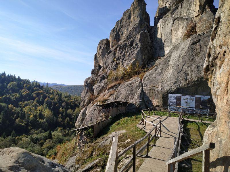 Казкові пейзажі та зникла фортеця: чим дивує туристів скельний комплекс на Львівщині