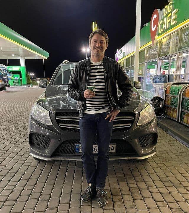Сергій Притула на заправці біля автомобіля.