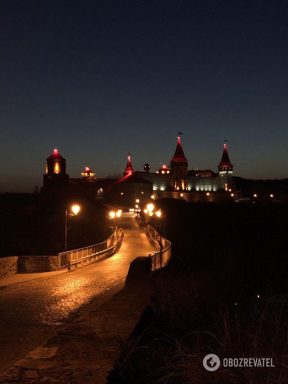 Особливо гарна фортеця вночі.